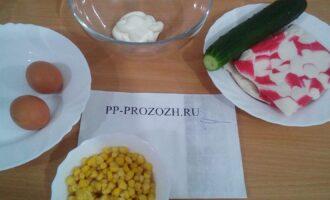 Шаг 1: Подготовьте ингредиенты: крабовые палочки, свежий огурец, кукуруза, яйца, домашний майонез.