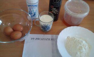 Шаг 1: Подготовьте ингредиенты: яйца, обезжиренное молоко, соль, мед, оливковое масло, рисовую муку.