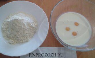 Шаг 2: Отделите желтки от белков. добавьте к желткам соль, молоко, муку. Перемешайте до получения однородной массы.