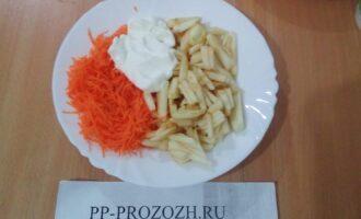 Шаг 4: Соедините морковь с яблоком, добавьте сметану.