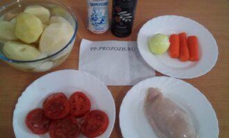 Шаг 1: Подготовьте ингредиенты: картофель, помидор, филе куриной грудки, соль, оливковое масло, лук, морковь, воду.