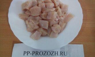 Шаг 2: Филе куриной грудки порежьте на кусочки среднего размера.