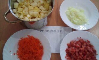 Шаг 4: Порежьте кубиками картофель и помидор, измельчите лук, потрите на терку морковь.