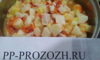 Шаг 5: Соедините куриную грудку с овощами, посолите, добавьте воды. Тушите на слабом огне 40 минут.
