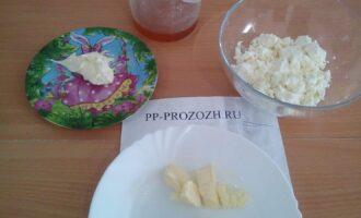 Шаг 1: Подготовьте продукты: творог обезжиренный, сливочное масло, сметану нежирную, мед.