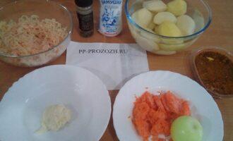 Шаг 1: Подготовьте ингредиенты: филе куриной грудки, сметану нежирную, перец черный молотый, соль, картофель, морковь, лук, приправу для первых блюд натуральную.