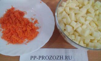 Шаг 5: Порежьте кубиками картофель и лук, морковь потрите на средней терке.