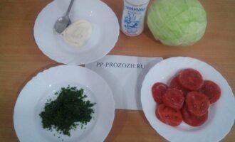 Шаг 1: Подготовьте ингредиенты: капусту белокочанную, свежий помидор и укроп, свежую петрушку, домашний майонез, соль.