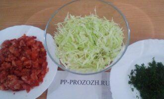 Шаг 2: Нашинкуйте тоненько капусту, порежьте кубиками помидор, измельчите зелень.
