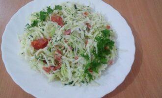 ПП салат из капусты, помидоров и зелени