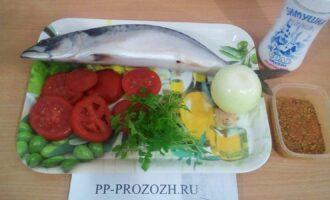 Шаг 1: Подготовьте ингредиенты: рыбу, помидор, лук, петрушку, соль, натуральную приправу для рыбы.