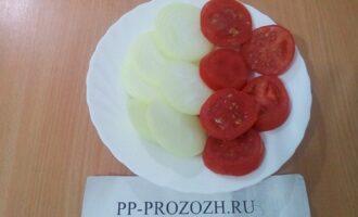 Шаг 3: Нарежьте кольцами помидор, лук.