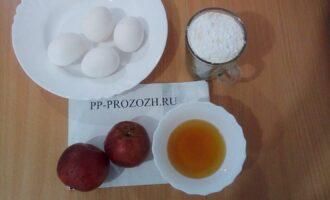 Шаг 1: Подготовьте ингредиенты: яйца, мед, рисовую муку, яблоки.