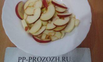 Шаг 5: Очистите яблоки от сердцевины, порежьте дольками.