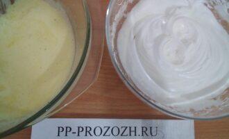 Шаг 3: Взбейте белки в пышную пену, желтки взбейте с медом.