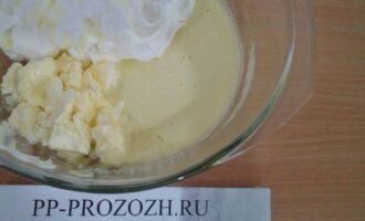 Шаг 4: Соедините белки, желтки с медом и топленое масло комнатной температуры.