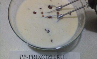 Шаг 3: Добавьте сметану, манную крупу, щепотку соли, изюм. Тесто хорошо перемешайте.