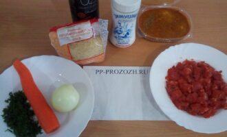 Шаг 1: Подготовьте ингредиенты: лук, морковь, петрушку, помидор, соль, оливковое масло, пропаренный рис.