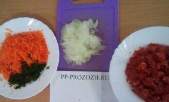 Шаг 2: Потрите морковь на средней терке, лук порежьте тонкими длинными полосками, измельчите петрушку, помидор порежьте кубиками.