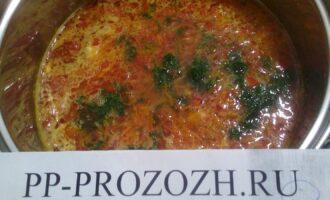 Шаг 5: Соедините в кастрюле рис, обжаренный лук, помидор, морковь, петрушку - все хорошо перемешайте. Залейте водой, лучше кипятком.  Добавьте соль, приправу - перемешайте.
