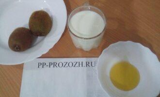 Шаг 1: Подготовьте ингредиенты: молоко обезжиренное, мед, киви.