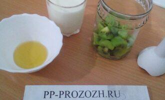 Шаг 3: Поместите киви в чашу блендера, добавьте мед и молоко.