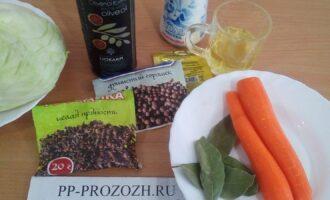 Шаг 1: Подготовьте ингредиенты: морковь свежую, капусту белокачанную, соль, сахарозаменитель, оливковое масло, сок лимона, лавровый лист, душистый  перец горошком, гвоздику.