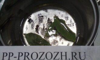 Шаг 4: Подготовьте маринад: в кипящую воду, добавьте соль, сахарозаменитель, оливковое масло, сок лимона, лавровый лист, душистый перец, гвоздику.