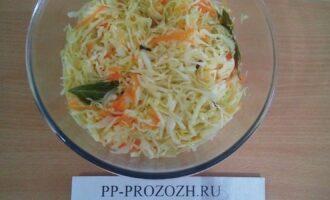 Шаг 5: Залейте маринадом капусту с морковью. Поставьте в холод. Через 2-3 часа салат готов!