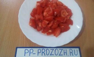 Шаг 4: Порежьте помидор кубиками среднего размера.