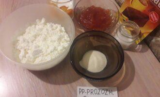 Шаг 1: Подготовьте продукты для десерта: творог, сливки, сахарозаменитель, какао, варенье и желатин.