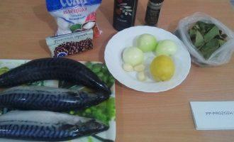Шаг 1: Подготовьте ингредиенты: скумбрию мороженую, лук, чеснок, соль, лимонный сок, оливковое масло, перец горький молотый, перец горошком, перец душистый горошком, лавровый лист.
