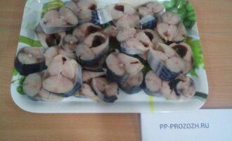 Шаг 2: Помойте, почистите, разрежьте на порционные куски рыбу толщиной 1,5 - 2 см. Все эти манипуляции сделайте пока рыба замороженная.