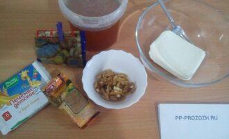 Шаг 1: Подготовьте ингредиенты: печенье детское без добавок, творог нежирный, мак, грецкие орехи, корицу, мед.