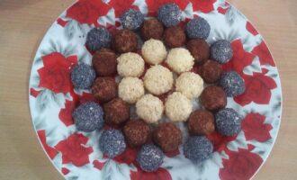 Шаг 5: Сформируйте шарики из творожной массы. Обваляйте в грецких орехах, маке, корице.