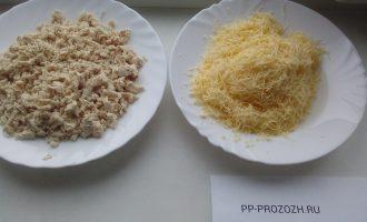 Шаг 2: Куриную грудку отварите и измельчите. Сыр потрите на средней терке.