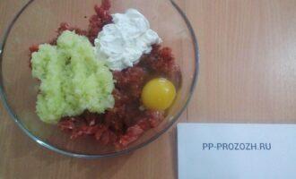 Шаг 4: Добавьте в фарш яйцо, обжаренный лук, сметану, посолите, добавьте специи.