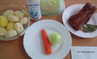 Шаг 1: Подготовьте ингредиенты: говяжьи мясные ребра, картофель, морковь, лук, капусту, соль, воду, лавровый лист.