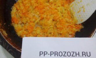 Шаг 3: Обжарьте лук и морковь на сливочном масле.