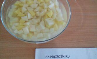 Шаг 4: Картофель порежьте кубиками.
