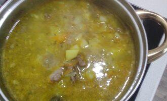 Шаг 7: Добавьте в бульон овощи, мясо, лавровый лист, посолите. Варите на медленном огне минут 30 до готовности.