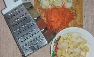 Шаг 4: Пока варится горох (с приоткрытой крышкой), нарежте овощи. Не забывайте снимать пену, когда крупа закипит. После закипания, убавьте огонь до минимума. Курицу и горох поварите еще 30 минут.