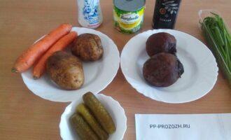 Шаг 1: Подготовьте ингредиенты: свеклу, картофель, зеленый лук, огурцы, морковь, зеленый горошек, оливковое масло.
