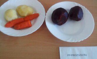 Шаг 2: Отварите свеклу, картофель, морковь. Почистите.