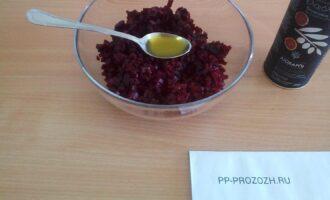 Шаг 3: Порежьте мелко свеклу, перемажьте маслом. Это необходимо для того, чтобы свекла не окрасила другие овощи.