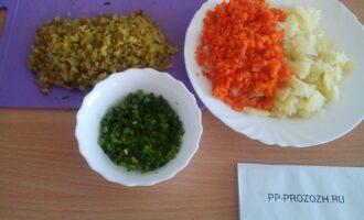 Шаг 4: Порежьте мелко картофель, морковь ,огурцы, лук.