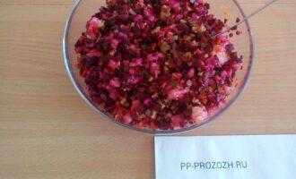 Шаг 5: Соедините картофель, морковь, огурцы, лук, зеленый горошек со свеклой.Перемажьте маслом. Посолите по вкусу. Хорошо перемешайте.