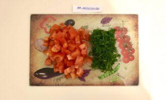 Шаг 3: Нарежьте помидор средними кубиками и измельчите укроп.