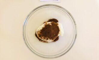 Шаг 3: Добавьте кокосовый сахар в творог и перемешайте.