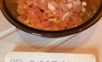 Шаг 2: Мелко нарежьте филе или перекрутите с помощью мясорубки. Поставьте разогреваться духовку.